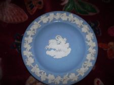 ELEGANT WEDGWOOD BLUE WITH WHITE GRAPEVINE RELIEF JASPER PIN DISH AURORA KP